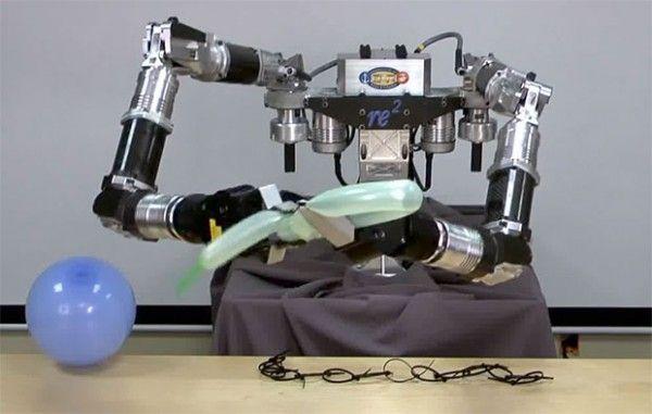 这个高度灵巧操控系统(HDMS)的重量只有大部分机器人体重的一半,但是它可以成倍增加人类操作员的力量,使它适合军事和救援工作。这个机器人可以进入危险区域,如拆除炸弹,挖出幸存者。甚至可以在孩子的聚会上给他们制作动物气球。如果它厌倦了做这些,它能拧我们像扭麻花一样。