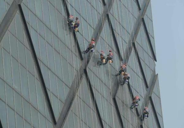 高空作业擦玻璃 机器人帮你搞定