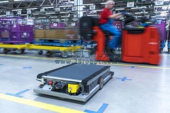 宝马工厂研发智能物流机器人   运输机器人大小只有箱子大小,通过无线电发送器控制。机器人使用三个无线电发送器来自动计算机器人的运输路径,通过传感器发现并应对紧急情况。运输机器人同员工和车辆共行,可自由活动。运输机器人在未来还将配备3D相机,更精确导航。   智能运输机器人将在今年批量生产,投入使用。