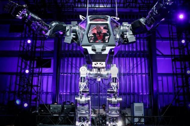 亚马逊CEO杰夫·贝佐斯操控巨型有人驾驶机器人(巨型机甲)