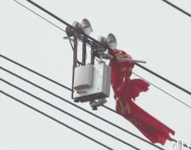 气球缠绕高压线上 电力部门请出机器人除异物