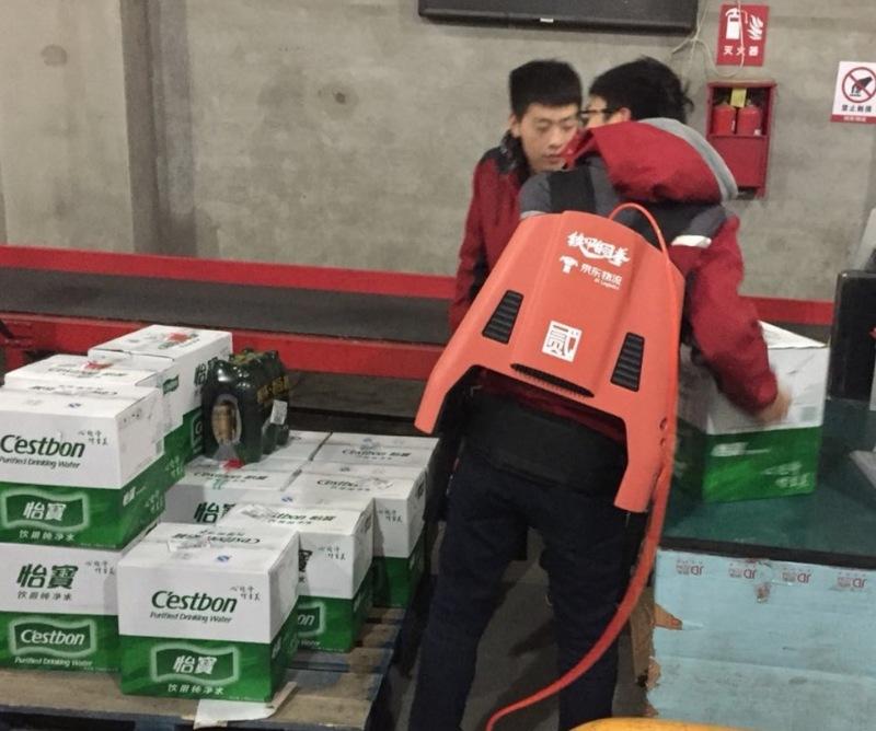 京东研发外骨骼机器人 刘强东:尽力减少兄弟们的腰椎损伤