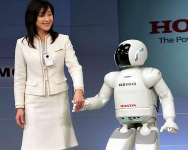 美女与Asimo机器人牵手同行