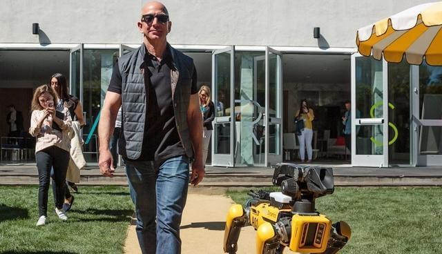 亚马逊老板会场溜狗背后,服务机器人正快步赶来