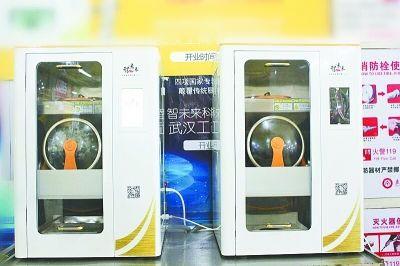 """武汉一高校食堂请机器人""""炒菜"""" 咸淡可按需设置"""