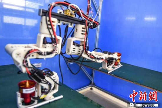 国内研发团队突破仿人机器人跨步距离