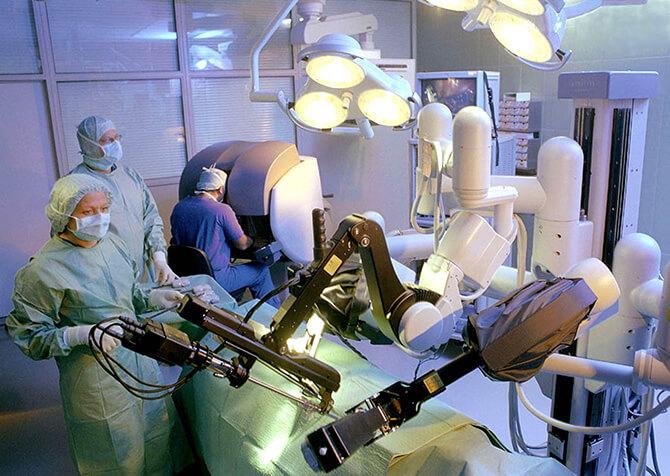 手术中的达芬奇机器人