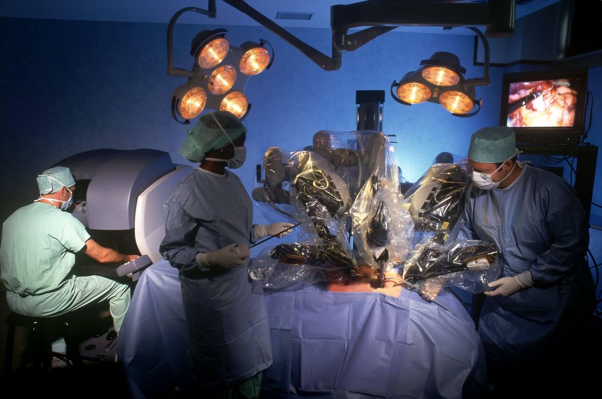 达芬奇手术机器人进行外科手术