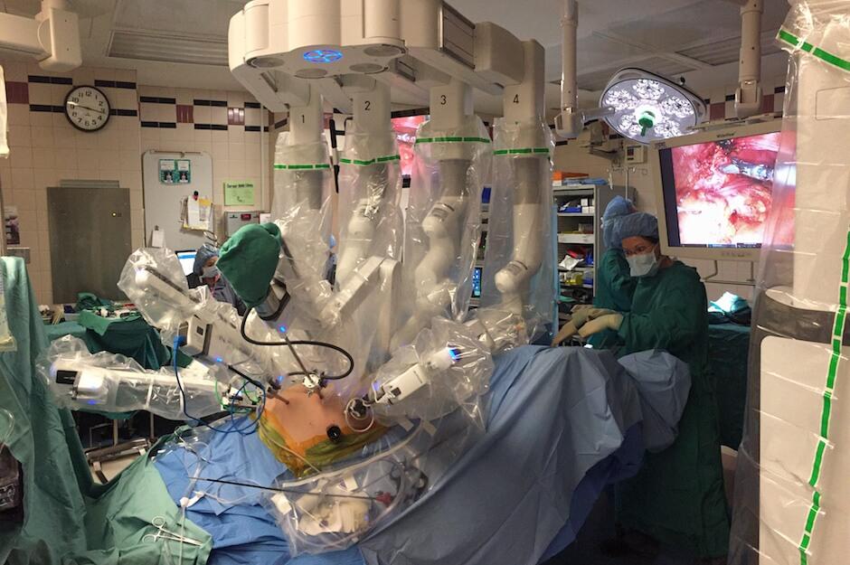 达芬奇手术机器人正在手术