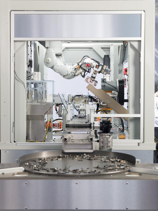 新款机器人 Daisy 可拆解 iPhone 并回收贵重材料