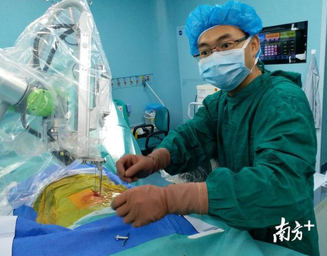 机器人做脊柱手术?别害怕!深圳医生说安全又省时!