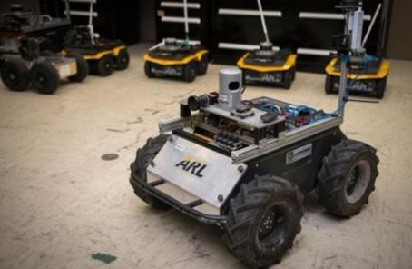 美军训练机器人当战友:冲锋在前 还会自主找掩护