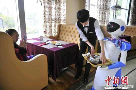 美媒评中国技术热潮:不能上餐的机器人服务员也受追捧