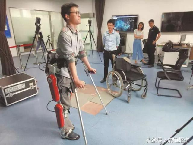 电子科大研发外骨骼机器人让截瘫患者可自如行走