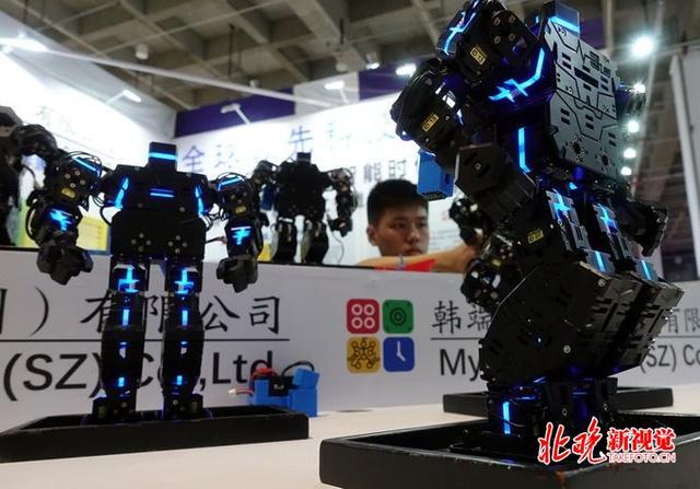 2018世界机器人大会教育类机器人备受瞩目:能歌善舞还可教编程