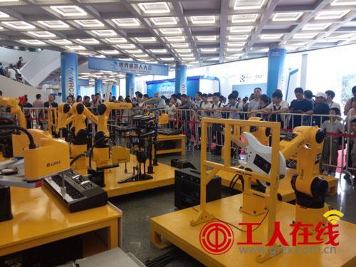 格力机器人亮相世界机器人大会 演奏《让世界爱上中国造》
