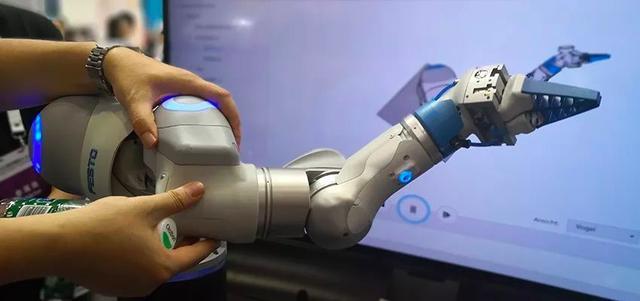 服务机器人产业升级战开启!2018世界机器人大会四大趋势显现