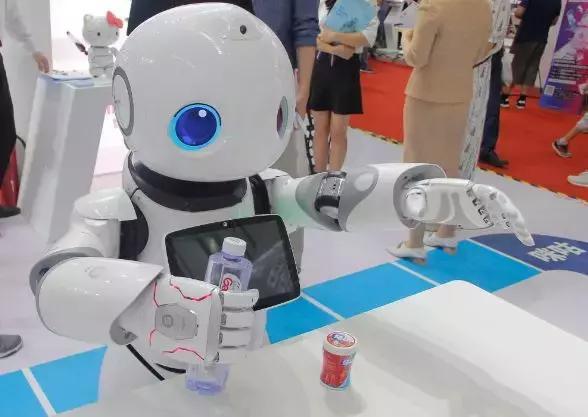 智能服务机器人驱动商业场景的变革