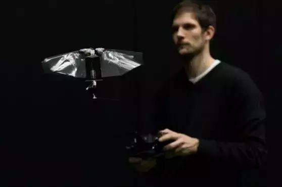师承果蝇,能悬浮、倾斜和转弯,机器人飞行大师来了