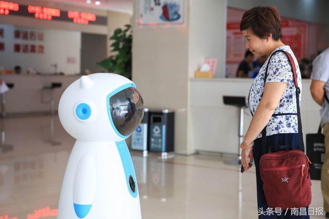 南昌首个政务服务机器人在红谷滩政务大厅正式上岗