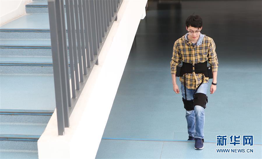 12月11日,中科院深圳先进技术研究院智能仿生研究中心研究助理方锴测试穿戴柔性外骨骼机器人上楼梯。