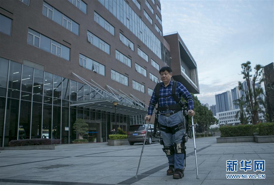 智能仿生研究中心已经成功研发或正在研发的还有柔性外骨骼机器人、自平衡下肢外骨骼机器人和负重外骨骼机器人等,这些研发成果将提高行走功能障碍患者和行动不便老人的生活质量。