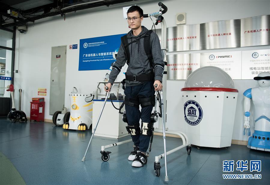 通过分析传感器的数据,下肢外骨骼机器人可以合理规划并完善步态,同时设置了限位开关和急停开关,保障使用安全性。图为:12月11日,在中科院深圳先进技术研究院智能仿生研究中心实验室,研究助理马勋举测试穿戴下肢助行外骨骼机器人行走。