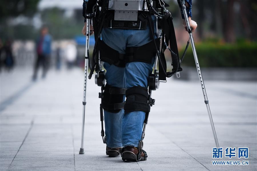 12月11日,中科院深圳先进技术研究院智能仿生研究中心高级工程师彭安思在室外测试下肢助行外骨骼机器人。