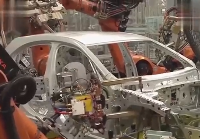 机器人制造奔驰汽车过程