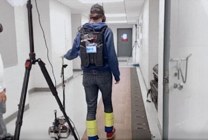 机器人伴侣手杖通过友好的触感帮助老年人行走