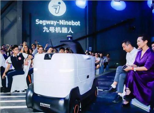 九号机器人发布三款AI新品 推可半自动驾驶载人机器人