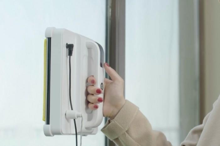 Window Wizard机器人可粘在脏玻璃上 在清洁时自动移动