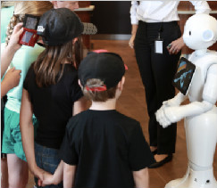 软银 Pepper 机器人开启酒店全新科技感体验