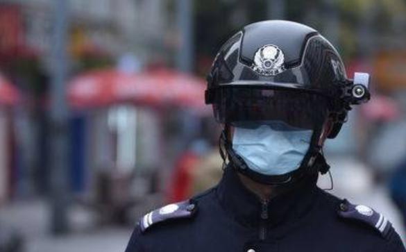 AI黑科技头盔亮相成都街头 2分钟筛查上百人体温