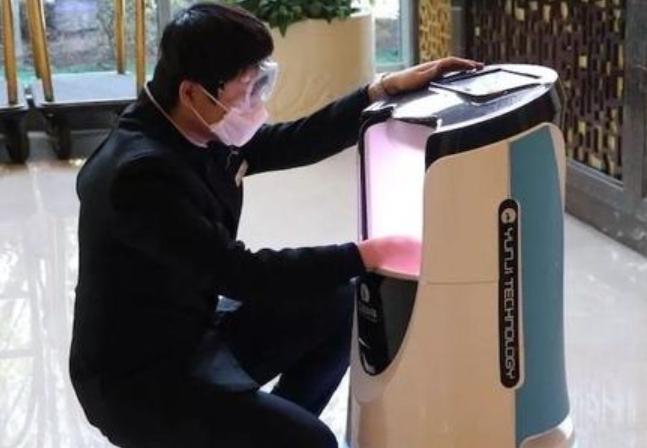 """调查:酒店机器人服务员多地上岗!抗疫战里的""""科技兵"""""""